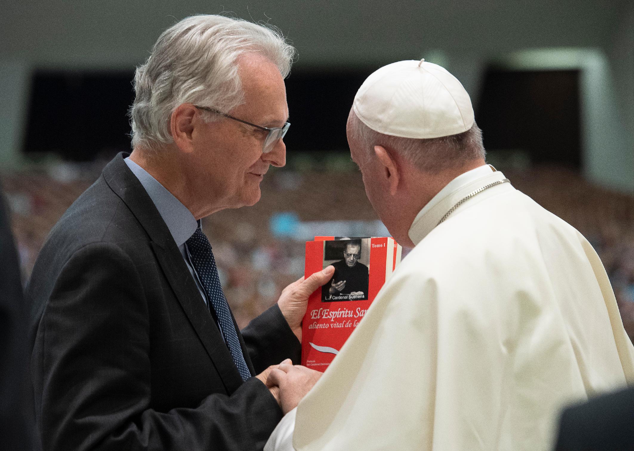 Saludo de Jean-Luc Moens, moderador de Charis, al santo padre Francisco, durante a 1.ª Conferencia Internacional